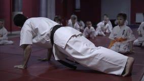 Karate λεωφορείων παρουσιάζει παιδιά πώς να κάνει το ώθηση-UPS απόθεμα βίντεο