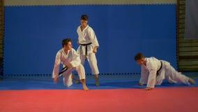 Karate μαχητές που ασκούν την επίθεση και διάφορες τεχνικές φραξίματος στο dojo απόθεμα βίντεο