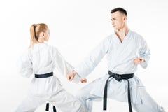 karate μαχητές που εκπαιδεύουν το φραγμό που απομονώνεται στοκ εικόνες