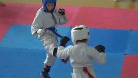 Karate μονομαχίας παιδιά απόθεμα βίντεο