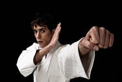 Karate ο αρσενικός μαχητών Μαύρος αντίθεσης κινηματογραφήσεων σε πρώτο πλάνο υψηλός Στοκ Εικόνες