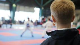 Karate πρωτάθλημα - αγόρι εφήβων που εξετάζει karate την πάλη απόθεμα βίντεο