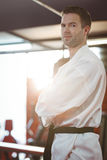 Karate φορέας που εκτελεί karate τη θέση στοκ εικόνα με δικαίωμα ελεύθερης χρήσης