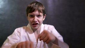Karate chłopiec boju dzieciaka poncze przy kamerą zbiory wideo