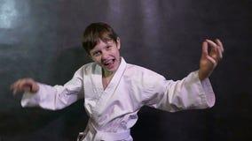 Karate chłopiec dzieciaka sukcesu nastolatka krzyczący zwycięstwo zdjęcie wideo