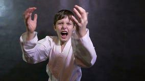 Karate chłopiec gniewny dzieciak krzyczy machający jego ręki porażkę zbiory