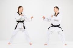 Karate chłopiec z czarnymi paskami i dziewczyna Zdjęcie Stock