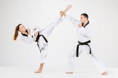 Karate chłopiec z czarnymi paskami i dziewczyna Zdjęcia Royalty Free
