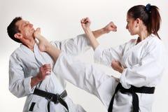 Karate. Chica joven y hombres en un kimono Fotos de archivo