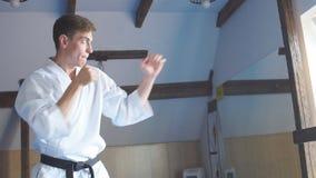 Karate de entrenamiento del hombre en gimnasio metrajes