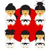 Karate dziewczyny sześć japońskiego karate śliczne małe dziewczynki w ich kimonach na czerwonej fladze z sześć różnymi włosianymi ilustracja wektor