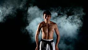 Karate- eller Taekwondo man med en naket torso och a arkivfilmer
