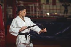 Karate gracz ćwiczy z nunchaku obrazy royalty free