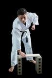Karate gracz łama drewnianą deskę obraz royalty free