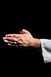Karate gracz robi ręka gestowi na czarnym tle fotografia stock