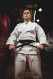 Karate gracz wiąże jego pasowego zdjęcia royalty free