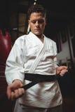 Karate gracz wiąże jego pasowego obrazy royalty free