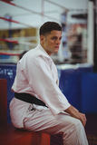 Karate gracza obsiadanie w sprawności fizycznej studiu fotografia stock