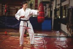 Karate gracza spełniania karate postawa zdjęcia royalty free