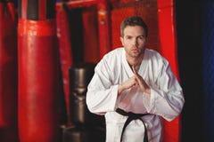 Karate gracza spełniania karate postawa zdjęcia stock