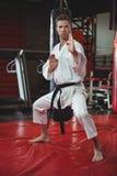 Karate gracza spełniania karate postawa zdjęcie stock