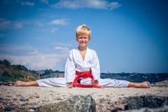 Karate joven del entrenamiento del muchacho imagenes de archivo