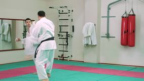 Karate KTwo οι φορείς ανταγωνίζονται στο δαχτυλίδι 4k απόθεμα βίντεο