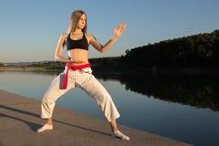 Karate-Mädchen, das Kata übt Stockfoto