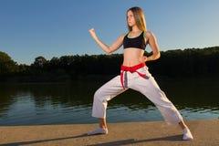 Karate-Mädchen, das Kata übt Lizenzfreie Stockfotografie