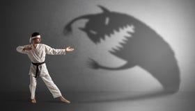 Karate mężczyzna bój z dużym strasznym cieniem zdjęcia royalty free