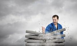 Karate mężczyzna w błękitnym kimino Fotografia Royalty Free