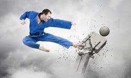 Karate mężczyzna w błękitnym kimino Zdjęcia Stock