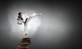 Karate mężczyzna w białym kimino Zdjęcia Royalty Free