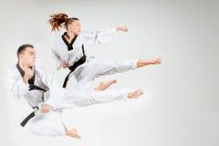 Karate mężczyzna z czarnymi paskami i dziewczyna Fotografia Royalty Free