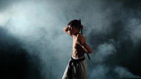 Karate mężczyzna z nagim półpostaci ćwiczeniem z zdjęcie wideo