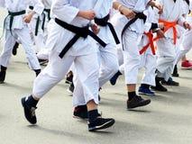 karate Mensen die in kimono langs de weg lopen stock fotografie