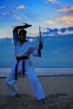 Karate op zonsondergangstrand royalty-vrije stock foto