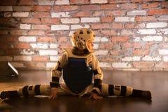 Karate opleiding in de studio Een klein meisje die horizontale spleet in eenvormige karate uitvoeren stock foto's