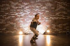 Karate opleiding in de studio Een klein meisje die zich in karatepositie bevinden stock afbeeldingen