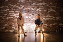 Karate opleiding in de studio Twee meisjes die zich in karate opleidingskleren bevinden royalty-vrije stock afbeelding