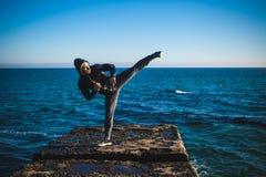 Karate opleiding op de kusten stock afbeeldingen