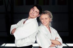 Karate-Paar-tragende Kimonos, die zusammen stehen Lizenzfreie Stockfotos