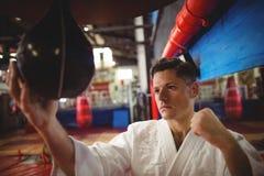 Karate practicante del combatiente del karate con el bolso de la velocidad Fotos de archivo