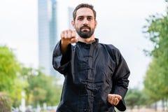 Karate practicante del deportista de los artes marciales en ciudad Foto de archivo libre de regalías