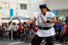 Karate Sensei, das Karate durchführt Stockfotografie