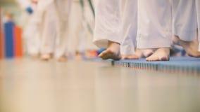 Karate szkolenie - nastolatkowie w kimonie biegają na tatami w gym Zdjęcia Stock