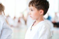 Karatebarn som utbildar i sport royaltyfria foton