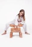 Karateflickan bryter tegelstenar 2 Royaltyfri Fotografi