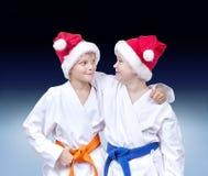 In karategi Athleten auf einem Steigungshintergrund stockfoto