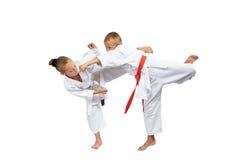 Karategi in den kleinen Athleten-Schlagschlägen stockfotos